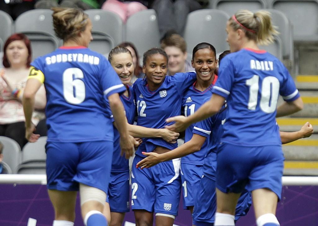 Footballeuses françaises après un but de Thomis